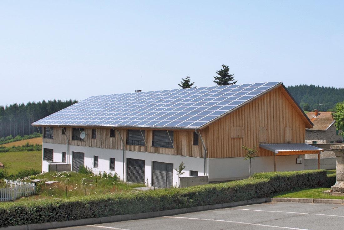 Pierre Levy architecte; construction d'un bâtiment de logements sociaux BBc; vue des façades sud et est, toit panneaux photovoltaîques