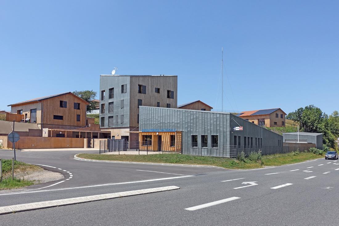 Pierre Levy architecte conception et construction d'une gendarmerie et logements à Saint-Symphorien, vue de la façade principale, avec l'accueil et les entrées