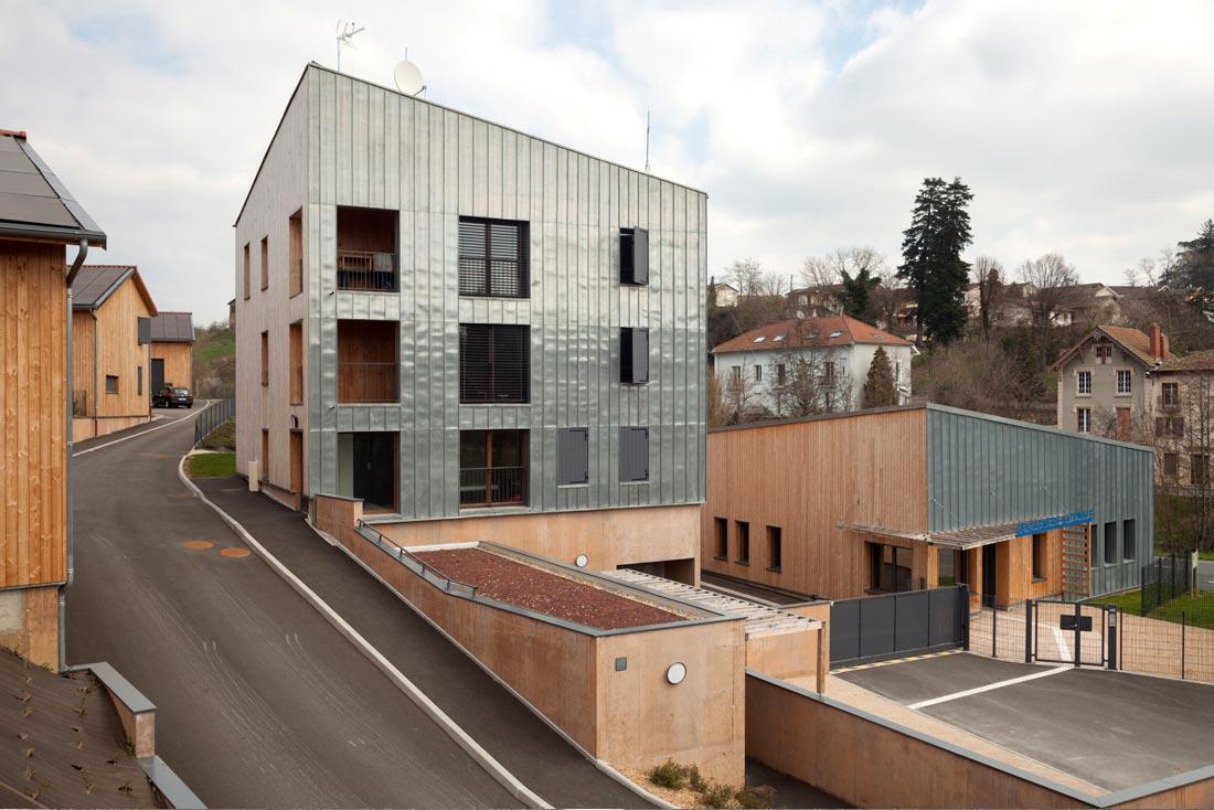 Pierre Levy architecte conception et construction d'une gendarmerie et logements à Saint-Symphorien, vue de la tour d'habitation murs en zinc