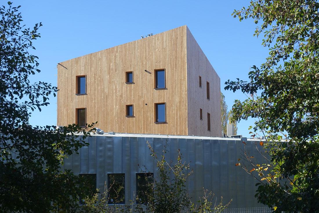 Pierre Levy architecte conception et construction d'une gendarmerie et logements à Saint-Symphorien, vue de la tour d'habitation murs en bois