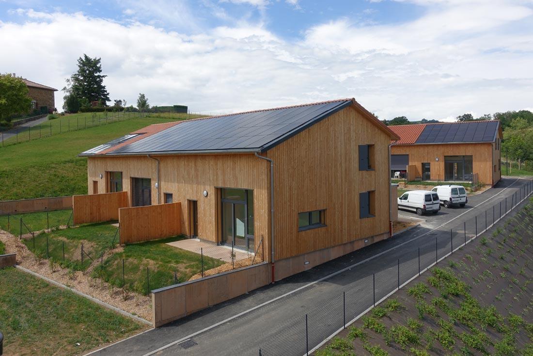 Pierre Levy architecte conception et construction d'une gendarmerie et logements à Saint-Symphorien, vue de deux maisons écologiques E+C-
