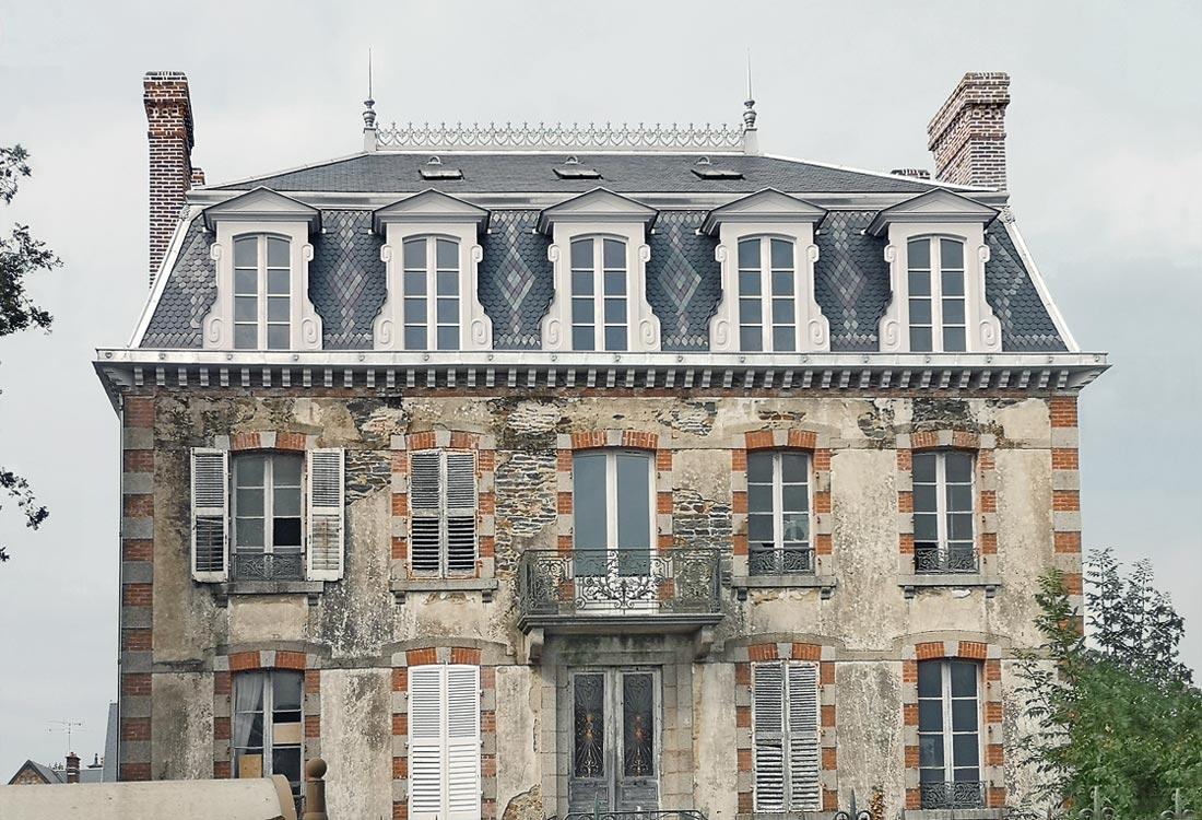 Christophe gillet architecte du patrimoine, rénovation d'une villa à Pontorson, vue de la façade avec le toit rénové