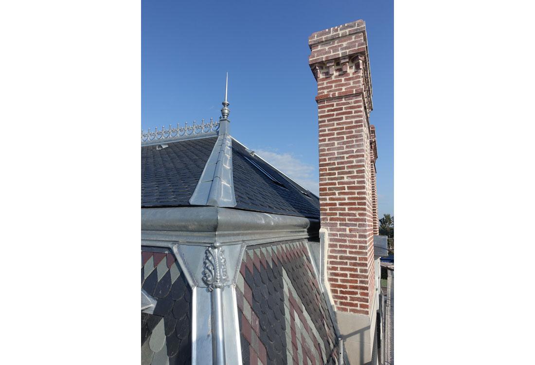 Christophe gillet architecte du patrimoine, rénovation d'une villa à Pontorson, vue du toit rénové, aves motifs en ardoises de trois couleurs et cheminée en briques