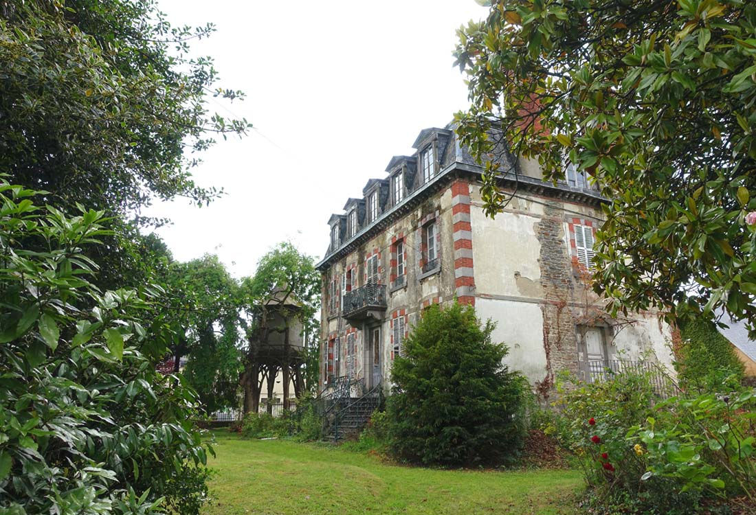 Christophe gillet architecte du patrimoine, rénovation d'une villa à Pontorson, vue arrière de la maison, du parc et du réservoir