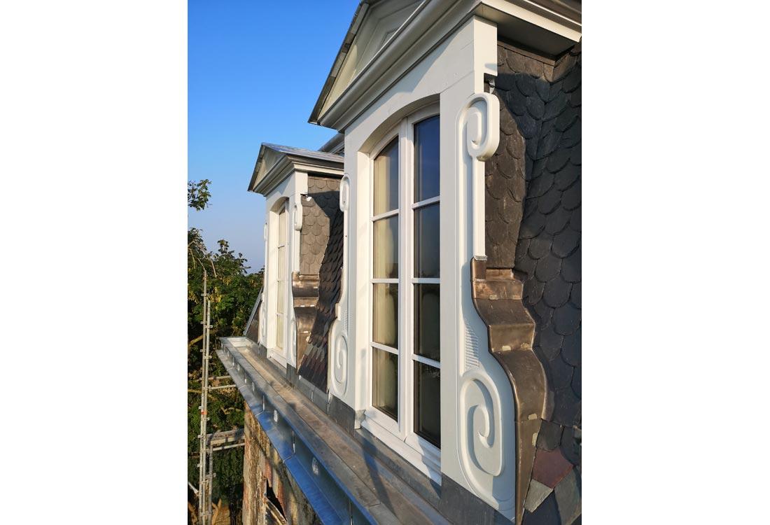 Christophe gillet architecte du patrimoine, rénovation d'une villa à Pontorson, détail des chiens assis, boiseries, pierre, zinc et ardoises