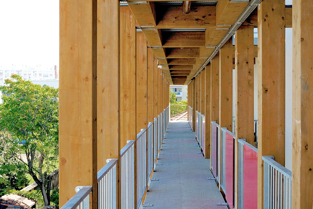 Pierre Levy architecte; construction d'un éco-immeuble pour une coopérative d'habitants, label BBC Effinergie; vue d'une coursive en bois
